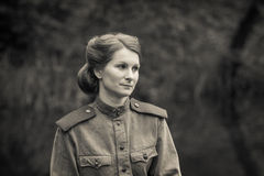 Jonge vrouw in Rode Legervorm Stock Fotografie