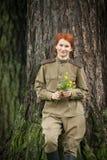 Jonge vrouw in Rode Legervorm Royalty-vrije Stock Fotografie