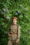 Jonge vrouw in Rode Legervorm Stock Afbeeldingen