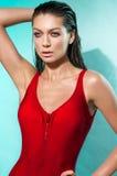 Jonge vrouw in rode sexy bodysuit stock foto