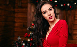 Jonge vrouw in rode verfraaide kleding bij Kerstmis Royalty-vrije Stock Foto