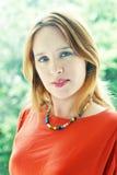 Jonge vrouw in rood Royalty-vrije Stock Foto's