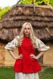 Jonge vrouw in rood Oekraïens nationaal kostuum Stock Afbeeldingen