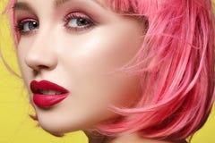 Jonge vrouw in roze pruik Mooi model met maniermake-up De heldere lente ziet eruit Sexy haarkleur, middelgroot kapsel stock fotografie