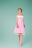 Jonge vrouw in roze uitstekende kleding royalty-vrije stock foto