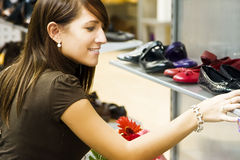 Jonge vrouw in schoenwinkel royalty-vrije stock fotografie