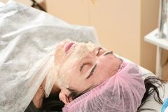 Jonge vrouw in schoonheidssalon die ultrasone klankschil en gezichts het reinigen procedure doen royalty-vrije stock foto