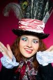 Jonge vrouw in similitude van de Hoedenmaker Royalty-vrije Stock Foto's