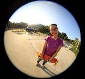 Jonge vrouw skateboarder met skateboard Royalty-vrije Stock Foto's