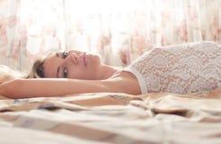 Jonge vrouw in slaapkamer stock foto's
