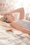 Jonge vrouw in slaapkamer royalty-vrije stock afbeeldingen