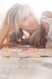 Jonge vrouw in slaapkamer stock afbeelding