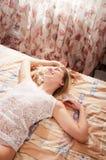 Jonge vrouw in slaapkamer royalty-vrije stock afbeelding