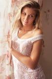 Jonge vrouw in slaapkamer stock fotografie