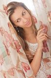 Jonge vrouw in slaapkamer royalty-vrije stock foto