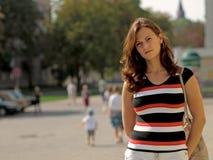 Jonge Vrouw in Stad Stock Afbeelding