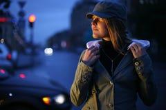 Jonge vrouw in stad Royalty-vrije Stock Foto