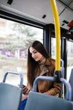 Jonge vrouw in stadsbus royalty-vrije stock foto's