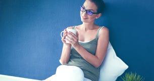 Jonge vrouw status, geïsoleerd op witte achtergrond Royalty-vrije Stock Foto
