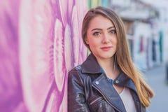 Jonge vrouw in stedelijk landschap - graffiti Royalty-vrije Stock Foto