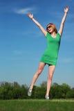 Jonge vrouw tegen blauwe hemel royalty-vrije stock afbeeldingen
