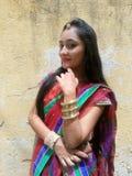 Jonge vrouw tegen muur Stock Foto