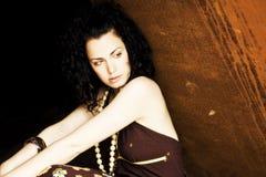Jonge vrouw tegen oxydemuur Royalty-vrije Stock Foto's