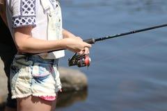 Jonge vrouw terwijl visserij op een rivier in Beieren Stock Foto