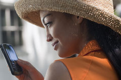 Jonge Vrouw Texting Royalty-vrije Stock Fotografie