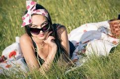 Jonge vrouw tijdens de picknick stock afbeeldingen