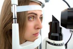 Jonge vrouw tijdens ogenonderzoek stock afbeeldingen