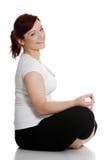 Jonge vrouw tijdens yogaoefening Royalty-vrije Stock Foto's