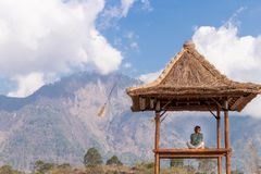 Jonge vrouw in traditionele Balinese gazebo royalty-vrije stock afbeelding