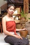 Jonge vrouw in traditionele kleding Stock Afbeelding