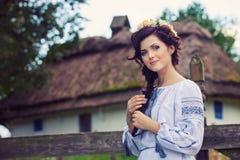 Jonge vrouw in traditionele Oekraïense kleding Stock Foto's