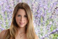 Jonge vrouw in tuin Royalty-vrije Stock Afbeeldingen