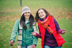 Jonge vrouw twee die in de herfstpark loopt Royalty-vrije Stock Afbeelding