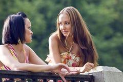 Jonge vrouw twee in park Royalty-vrije Stock Foto