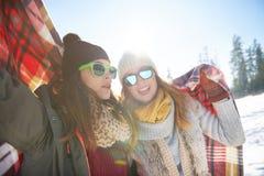 Jonge vrouw twee tijdens de winter Stock Afbeeldingen