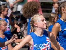 Jonge vrouw in vakantieparade Royalty-vrije Stock Foto's