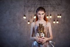 Jonge vrouw van de toekomst, concept Kleding die van transparant plastic en kunstmatig voedsel wordt gemaakt Futuristische manier stock foto's