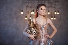Jonge vrouw van de toekomst, concept Kleding die van transparant plastic en kunstmatig voedsel wordt gemaakt Futuristische manier royalty-vrije stock foto