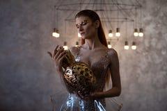 Jonge vrouw van de toekomst, concept Kleding die van transparant plastic en kunstmatig voedsel wordt gemaakt Futuristische manier stock fotografie