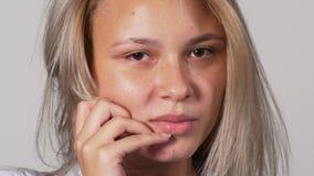 Jonge vrouw van het Flirty de sexy aantrekkelijke blonde - studioschot stock videobeelden
