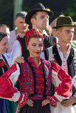 Jonge vrouw van Roemenië in traditioneel kostuum 10 Stock Afbeelding