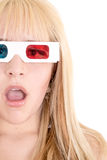 Jonge vrouw verraste het letten op TV met 3D glazen Royalty-vrije Stock Foto