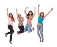 Jonge vrouw vier die voor vreugde springen Royalty-vrije Stock Foto's