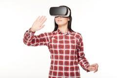 Jonge vrouw in VR-hoofdtelefoon die in cyberspace reizen stock foto's