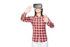 Jonge vrouw in VR-hoofdtelefoon die in cyberspace reizen royalty-vrije stock afbeelding