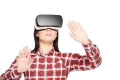Jonge vrouw in VR-hoofdtelefoon die in cyberspace reizen stock afbeeldingen